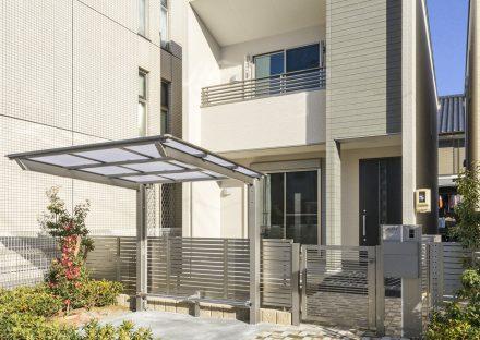 名古屋市中川区の戸建賃貸住宅の植栽と屋根付きの駐輪場&玄関