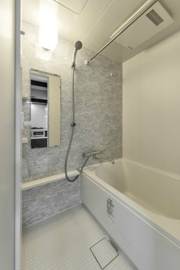名古屋市緑区の賃貸アパートのゆったりとした浴室