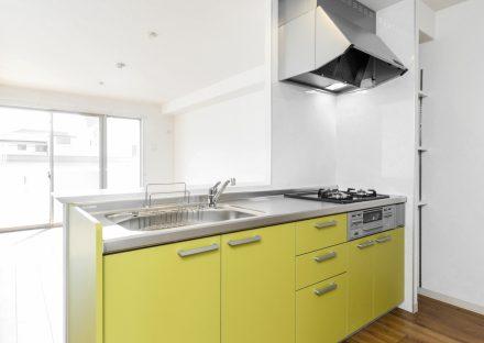 名古屋市名東区の賃貸マンションの黄色のガスコンロ付きオープンキッチン
