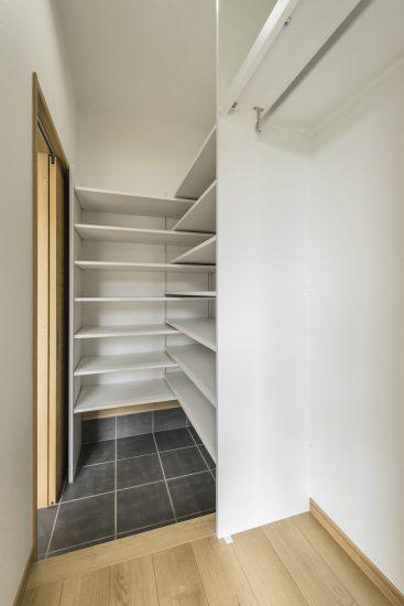名古屋市瑞穂区の平屋の新築注文住宅の棚の付いたシューズクローゼット