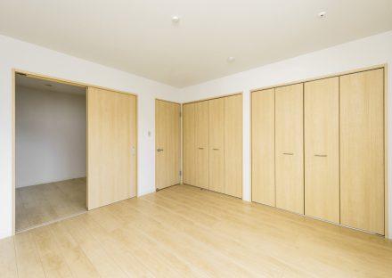 名古屋市中川区の戸建賃貸住宅の建具や床がライトブラウンの木目の洋室