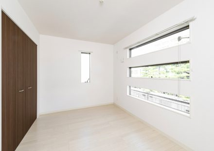 名古屋市中村区のメゾネットアパートの3段の窓がおしゃれな洋室写真