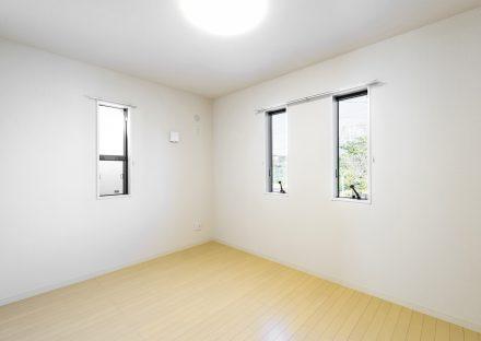 名古屋市天白区の戸建賃貸の窓からは自然、ナチュラルテイストの洋室