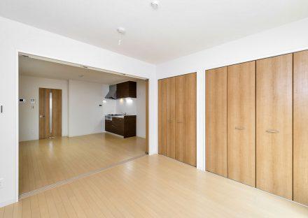 名古屋市南区の賃貸アパートの壁一面の収納付きの洋室