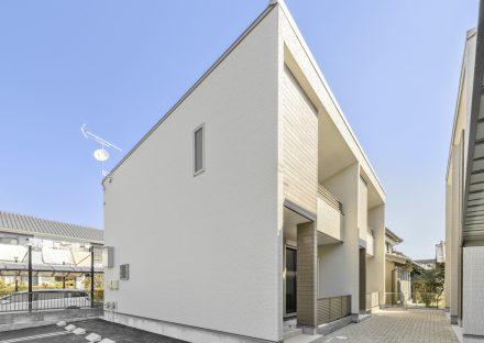 名古屋市中川区の戸建賃貸の駐車場とナチュラルカラーの戸建住宅外観デザイン