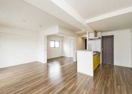 名古屋市名東区の賃貸マンションと黄色のキッチンがあるLDKと洋室