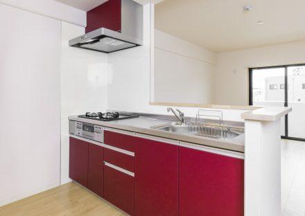名古屋市名東区の賃貸マンションの鮮やかな赤色のオープンキッチン