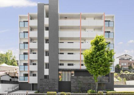 名古屋市名東区の賃貸マンションのベランダと縦のラインがおしゃれな外観デザイン