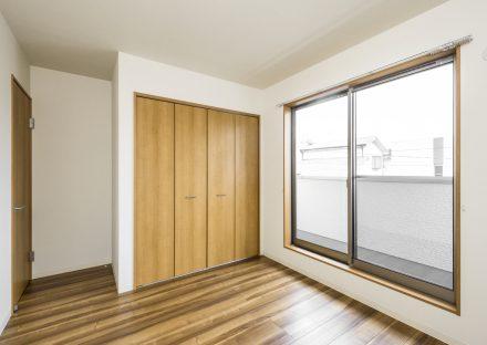 名古屋市名東区の戸建賃貸のクローゼット付のナチュラルテイスト洋室