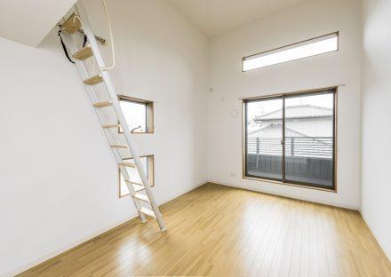 愛知県豊田市のメゾネット賃貸アパートの窓がたくさんあり明るい洋室