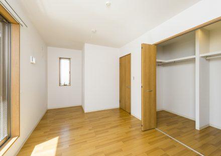 名古屋市中川区の戸建賃貸住宅の幅の広いウォークインクローゼット付洋室