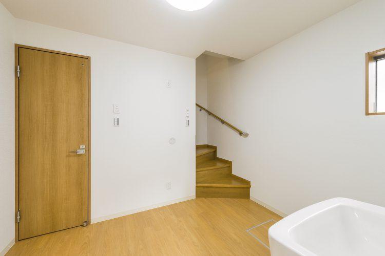 愛知県豊田市のメゾネット賃貸アパートの2階への階段とつながる1階洋室写真