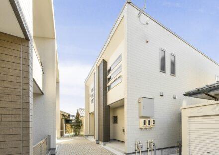 名古屋市中川区の戸建賃貸住宅の3段の窓が特徴の外観デザイン