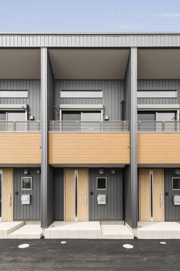 愛知県豊田市のメゾネット賃貸アパートのベランダと玄関ドアのアクセントカラーがとなる外観デザイン