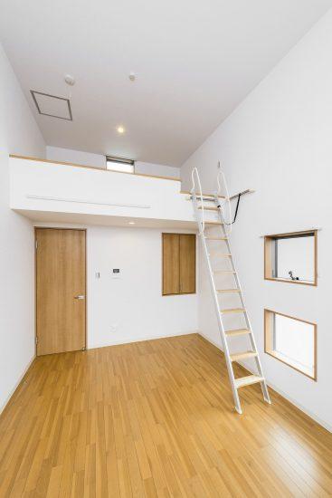愛知県豊田市のメゾネット賃貸アパートの明るい窓付きのロフトのある洋室