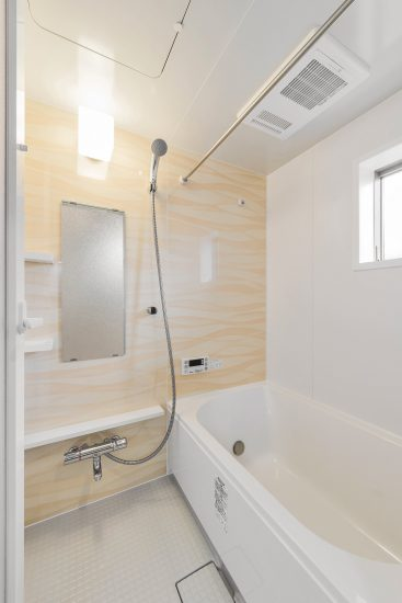 愛知県豊田市のメゾネット賃貸アパートの窓付きバスルーム