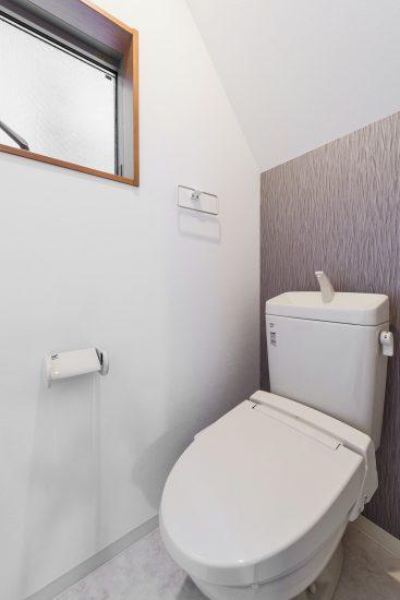 愛知県豊田市のメゾネット賃貸アパートの窓付きトイレ