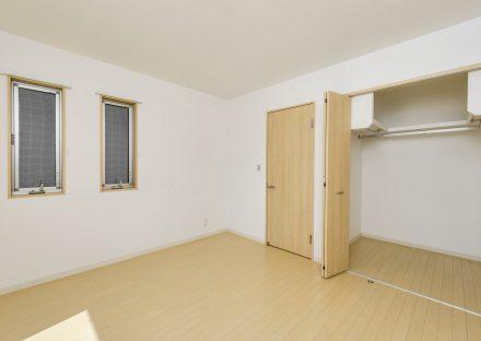 名古屋市中川区の戸建賃貸住宅のナチュラルカラーのウォークインクローゼット付洋室