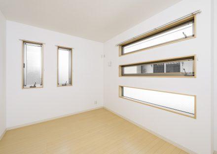 名古屋市中川区の戸建賃貸住宅の5つの窓がる明るい洋室