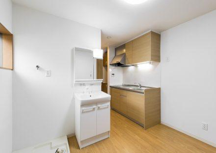 愛知県豊田市のメゾネット賃貸アパートのシステムキッチン&洗面台&室内洗濯機置場
