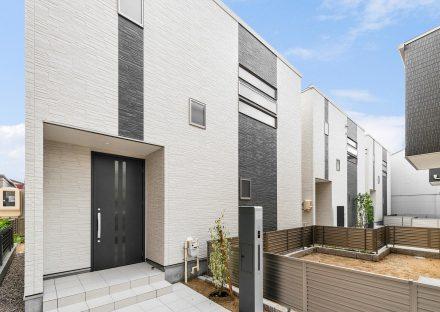 名古屋市瑞穂区の戸建賃貸住宅の黒のスリットの入ったドアのある玄関