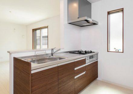名古屋市瑞穂区の戸建賃貸住宅の窓があり明るいオープンキッチン