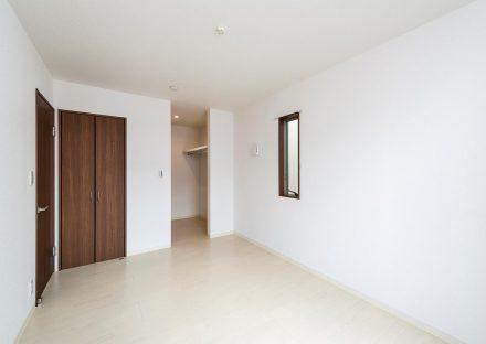 名古屋市瑞穂区の戸建賃貸住宅のダークブラウンの建具のウォークインクローゼット付き洋室