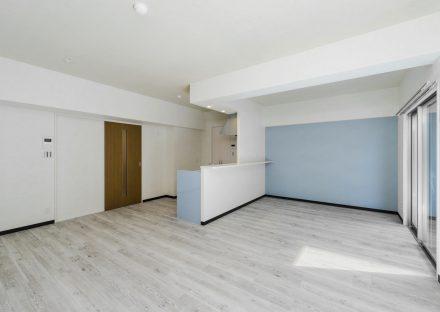 名古屋市瑞穂区のカラフル賃貸マンションの水色の壁のおしゃれなLDK