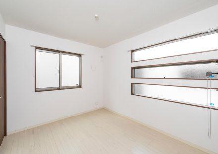 名古屋市瑞穂区の戸建賃貸住宅の3段の窓の付いた2階洋室