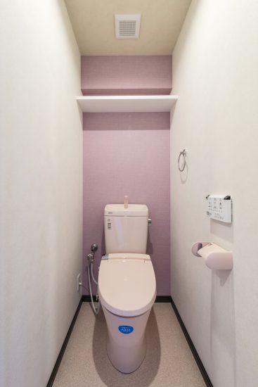 名古屋市瑞穂区のカラフル賃貸マンション施工例 ピンクのトイレ