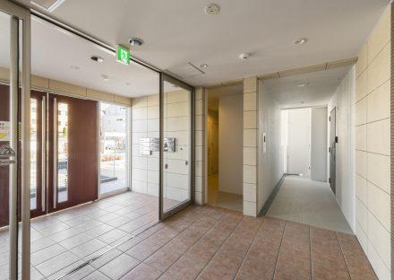 名古屋市瑞穂区の賃貸マンションのガラスの付いた扉から光の入る明るいエントランスホール