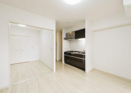 岐阜市の洋室とLDKの開口部が大きいデザインの賃貸マンション
