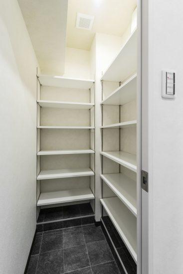 名古屋市瑞穂区のカラフル賃貸マンション施工例 シューズクローゼット