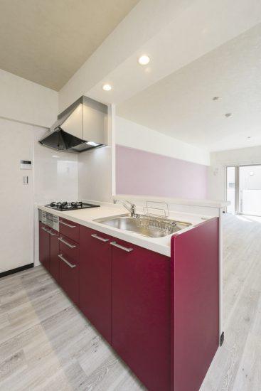 名古屋市瑞穂区のカラフル賃貸マンション施工例 ピンクのキッチン