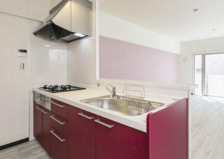 名古屋市瑞穂区の賃貸マンションの壁と合わせた赤系統のオープンキッチン
