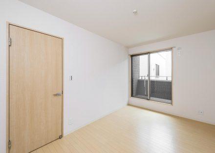 名古屋市瑞穂区の戸建賃貸住宅のベランダのあるナチュラルカラーの2階洋室