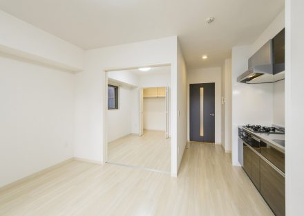 岐阜県岐阜市の賃貸マンションのナチュラルテイストな洋室・LDKに映えるドアとキッチン