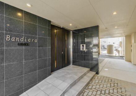 岐阜県岐阜市の賃貸マンションの大判タイルの高級感あるエントランス