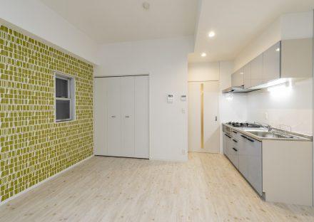 名古屋市中区の賃貸マンションの鮮やかな壁紙がおしゃれな広いLDK