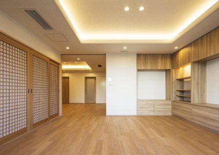 名古屋市西区の賃貸併用住宅のオーナー様宅棚付きの折り上げ天井のリビング