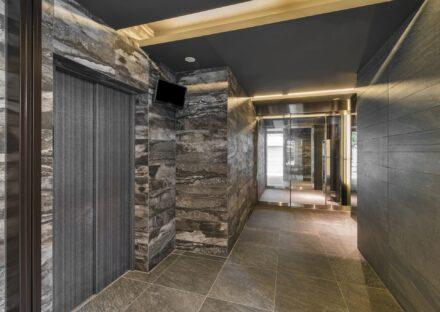 名古屋市中区の賃貸マンションの落ち着いた色づかいの高級感のあるエレベーターホール