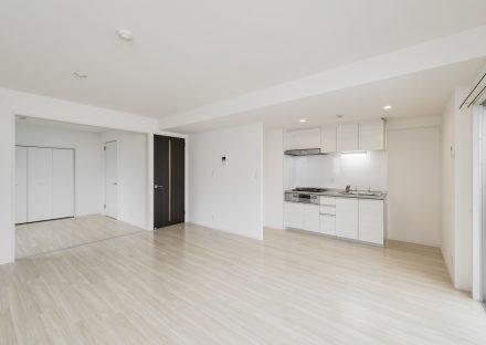 名古屋市中区の賃貸マンションのドアがアクセントカラーの白を基調にしたLDK・洋室