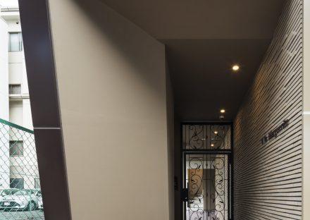 名古屋市西区の賃貸マンションの高級感のあるアプローチとおしゃれな扉