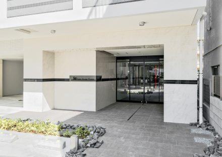 名古屋市千種区の賃貸マンションの植栽があるエントランス