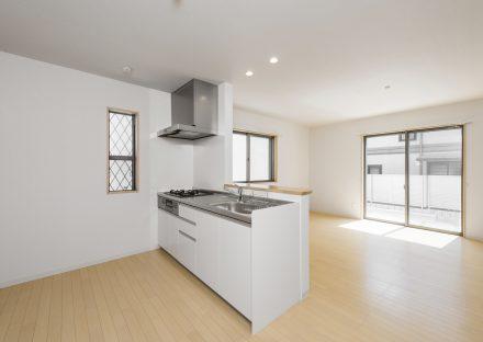 名古屋市千種区の戸建賃貸住宅のガスコンロ付き白色のオープンキッチン
