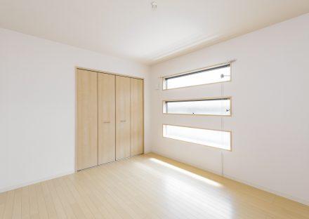 名古屋市千種区の戸建賃貸住宅の3段の窓がついたナチュラルカラーの洋室