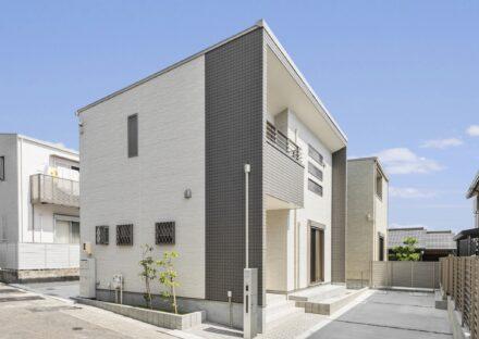 名古屋市千種区の戸建賃貸住宅のアクセントカラーにグレーを使った外観と植栽