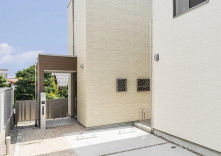 名古屋市千種区の戸建賃貸住宅のナチュラルカラーの駐車場と玄関アプローチ