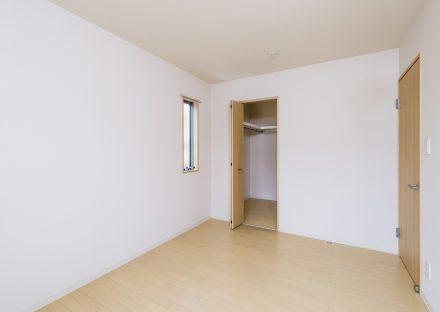 名古屋市千種区の戸建賃貸住宅のハンガーパイプ付きウォークインクローゼットのある洋室
