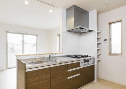 名古屋市緑区の戸建賃貸住宅の明るいオープンキッチン+収納棚